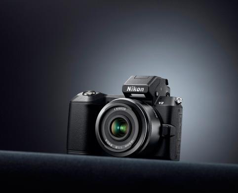 Nikon 1 steht auf dem Tisch